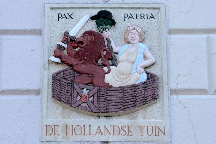 1280px-Heusden_-_Stadshaven_21_-_Gevelsteen_-_De_Hollandse_Tuin